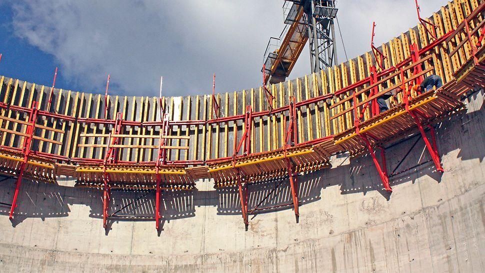 Подъем опалубочного модуля на следующий уровень бетонирования осуществлялся крупноразмерными единицами длиной 5 м.