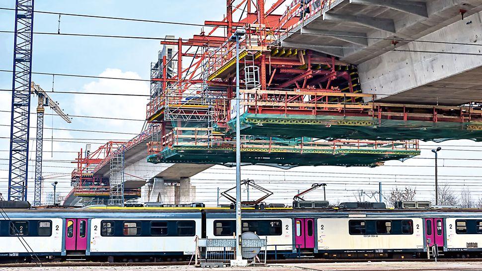 Viadukt Eisenbahnknoten Krakau-Płaszow - Der intensive Zugverkehr an einem der regsten Bahnhöfe Polens blieb auch während den Bauarbeiten dank des PERI Freivorbaugeräts ungestört.