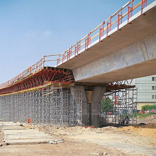 Dopravní uzel Czerniakowska: Mostovka se stěnovým bedněním VARIO GT 24 a stropním bedněním MULTIFLEX na podpěrných věžích ST 100.