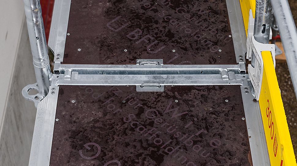 V podlahách pre fasádne lešenie PERI UP Easy je - rovnako, ako vo všetkých ostatných riešeniach s PERI UP - integrovaná poistka proti nadvihnutiu.