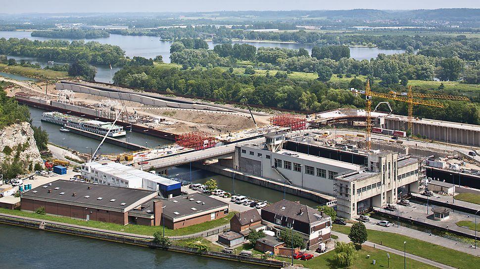 Op beide oevers van het kanaal maakt de brug een bocht van 90°, dit met een zeer kleine straal van ongeveer 30 m. Tussen deze twee bochten ziet u bovenop het brugdek de VARIOKIT rijwagens staan.