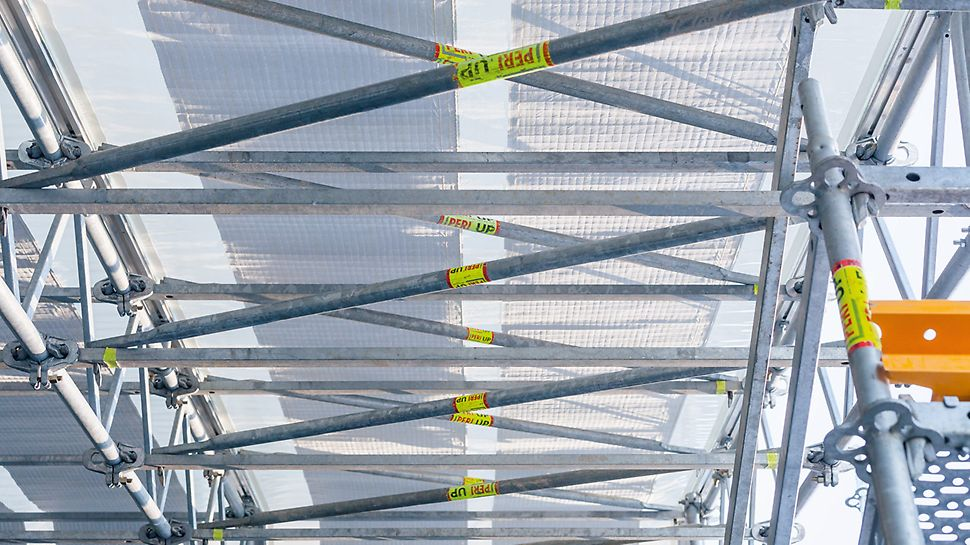 Effective snow management: heating wires integrated in the Keder sheeting prevent large accumulation of snow and thus unfavourable loads.
