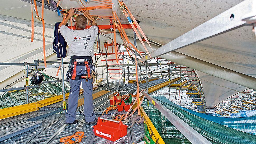 Forumdach Flughafen München, Deutschland - Die Membranmontage erfolgt in 40 m Höhe bei laufendem Flughafenbetrieb.