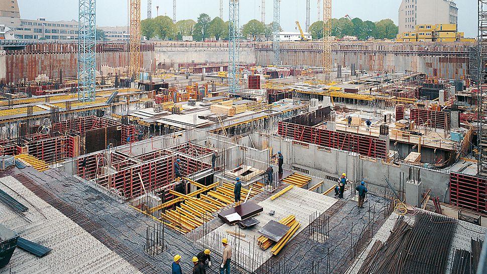 Potsdamer Platz, Berlin, Deutschland - Kurze Bauzeitvorgaben erfordern einen Schalungs- und Gerüsthersteller, der in der Lage ist, die riesigen Materialmengen in kürzester Zeit zu liefern.