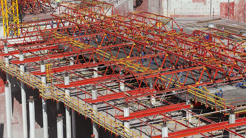 The high load-bearing capacity of the VARIOKIT system provided the required support for the concrete slab until it had hardened. With only 7 formwork carriage units per tank, each casting segment crane-independently realised 880 m² of slab area per storage tank in regular 5-day cycles.