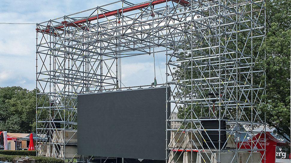 Przy montażu uwzględniono duży ciężar ekranów - 4000 kg. Telebimy zostały podwieszone na belkach RCS i ryglach U100SRZ-195.