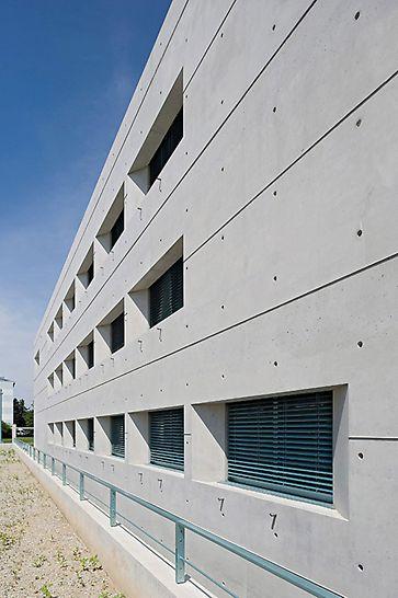 Satellitenkontrollzentrum Galileo, Oberpfaffenhofen, Deutschland - Sehenswerte Fassadengestaltung mit geordnetem Fugen- und Ankerraster und markanten Fensteraussparungen mit schrägen Leibungen und horizontalen Rispen.