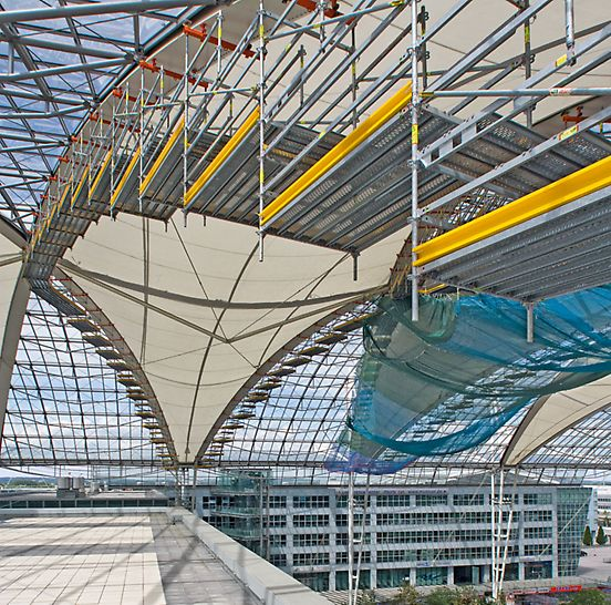 Forum roof Munich Airport, Germany - The PERI UP scaffold construction was fixed to the rhomboid-shaped roof members via a suspension assembly specially developed by PERI for this project.