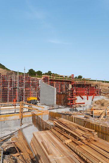 Archeopark, Pavlov: Bednění stěn muzea systémem TRIO s finálním otiskem prken na betonové stěně.