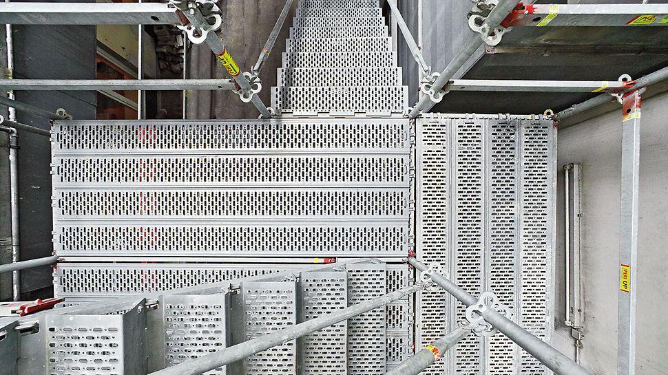 Ocelové schodiště PERI UP 100 / 125: Perforovaný povrch stupňů je velmi bezpečný proti skluzu, i v případě pohybu v botách znečištěných olejem.