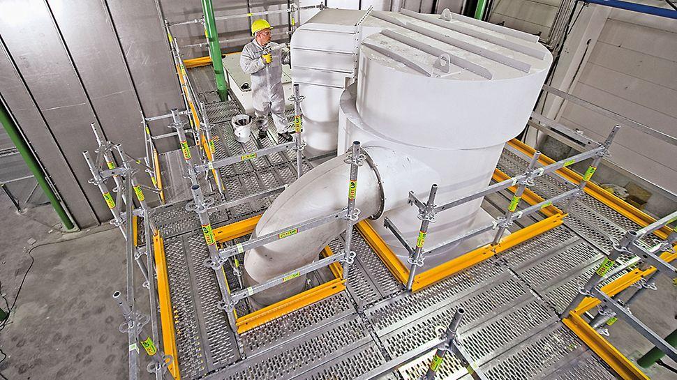 PERI UP Flex pracovné plošiny: Podlahové zarážky, ktorých dĺžky zodpovedajú modulu, ohraničujú plošiny zo všetkých strán.