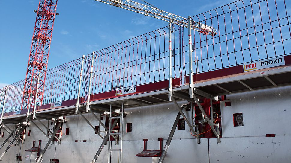 Suitable recesses for connecting the Bracket System MXK are also provided in the MAXIMO MXH Heated Formwork. The MXK Bracket System served as a safe working and concreting platform.