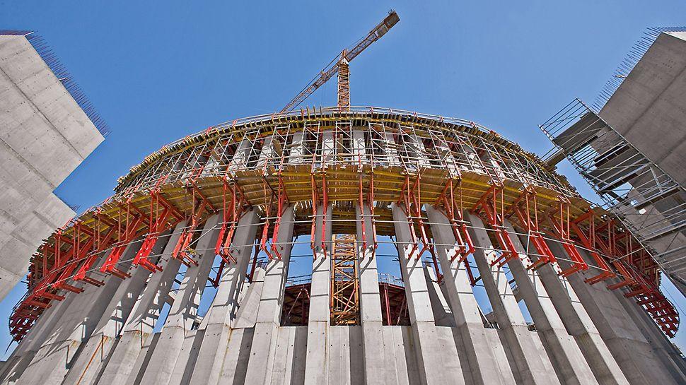 Tempel der göttlichen Vorsehung, Warschau, Polen - Der äußere Säulenring besteht aus vier Kreisbogenabschnitten mit jeweils 16 Stahlbetonsäulen, die einen quadratischen Querschnitt von 80 auf 80 Zentimetern aufweisen.