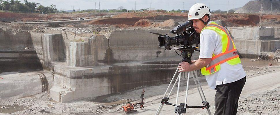 Caméraman lors d'un tournage dans le canal de Panama