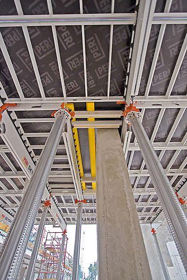 Hotel Capella, Sentosa Island, Singapur - i oko stubova moguća je montaža SKYDECK sistemskih elemenata –  korišćenjem ivičnih nosača i elemenata za ispunu.