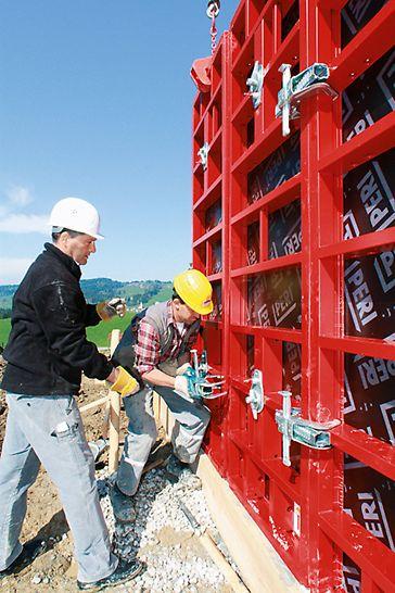 PERI Fachberater gibt auf der Baustelle des Einfamilienhauses Buchenberg in Rettenberg wichtige Tipps vor Ort.