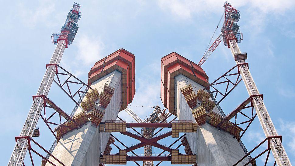 Dritte Bosporus-Brücke, Istanbul, Türkei - Die zwei A-förmigen geneigten Brückenpylone wachsen mit dem PERI ACS Kletterschalungssystem bis in über 300 m Höhe.