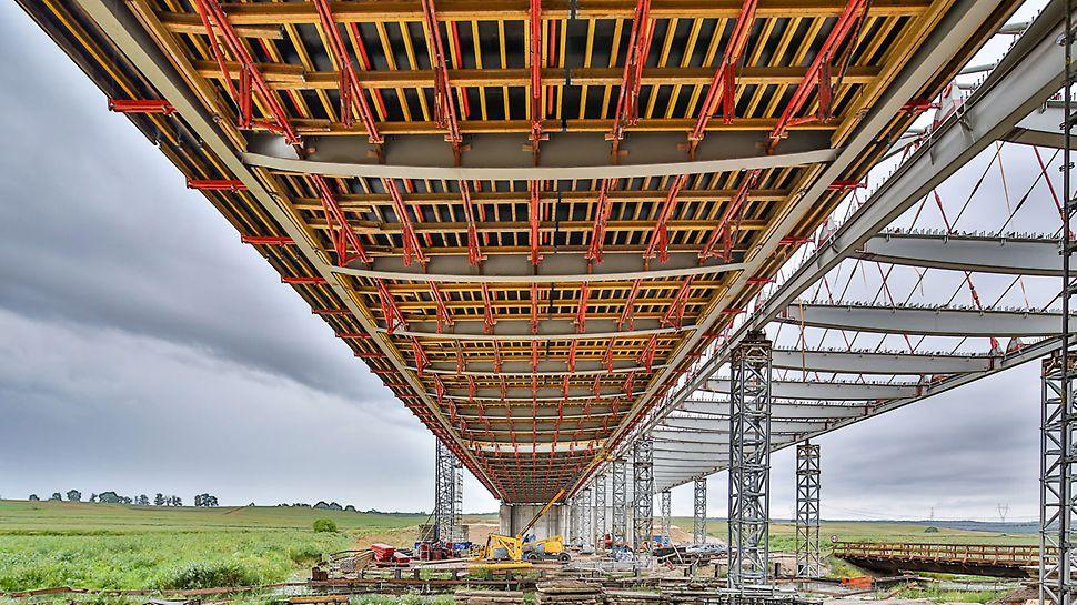 Wymagany potencjał deskowania do wykonania dwóch jezdni płyty głównej ustroju nośnego obiektu (120 m każda) był znaczący, uwzględniając duże rozpiętości dźwigarów.
