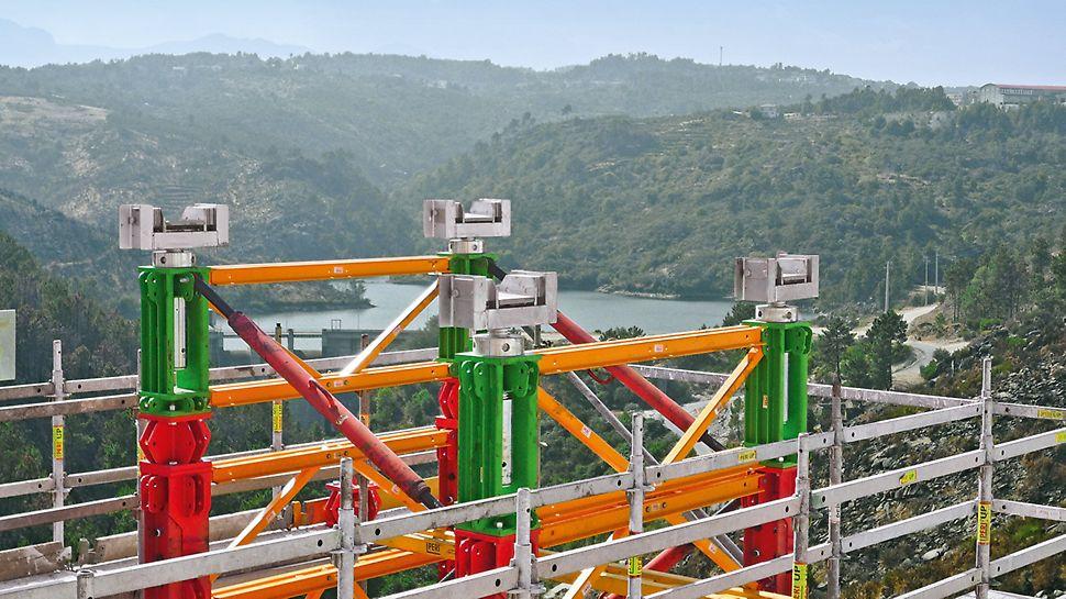 Wysokonośna wieża podporowa może być łatwo podnoszona i opuszczana także pod obciążeniem – dzięki głowicy i przenośnym zestawom hydraulicznym.