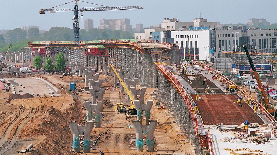 Dopravní uzel Czerniakowska: Mostovka jako komorová konstrukce z předpjatého betonu byla bedněna stěnovým bedněním VARIO GT 24 a stopním bedněním MULTIFLEX.