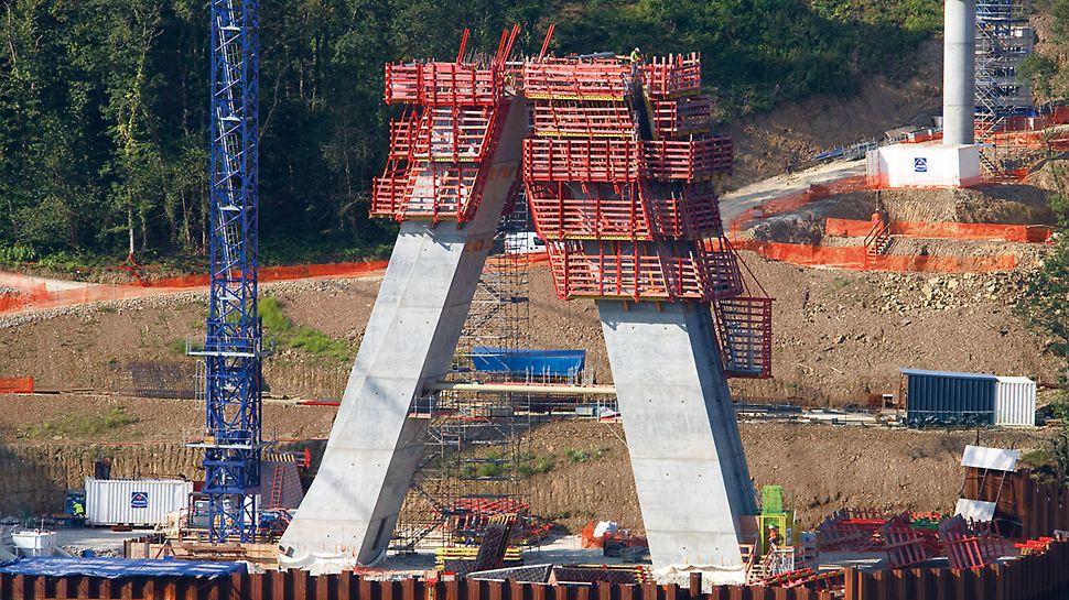 Brücke Térénez, Crozon, Frankreich - Aus einer Kombination aus dem ACS Selbstklettersystem und der VARIO GT 24 Wandschalung wurde eine Lösung erarbeitet, die kranunabhängig und sicher bei jedem Wetter arbeitet.