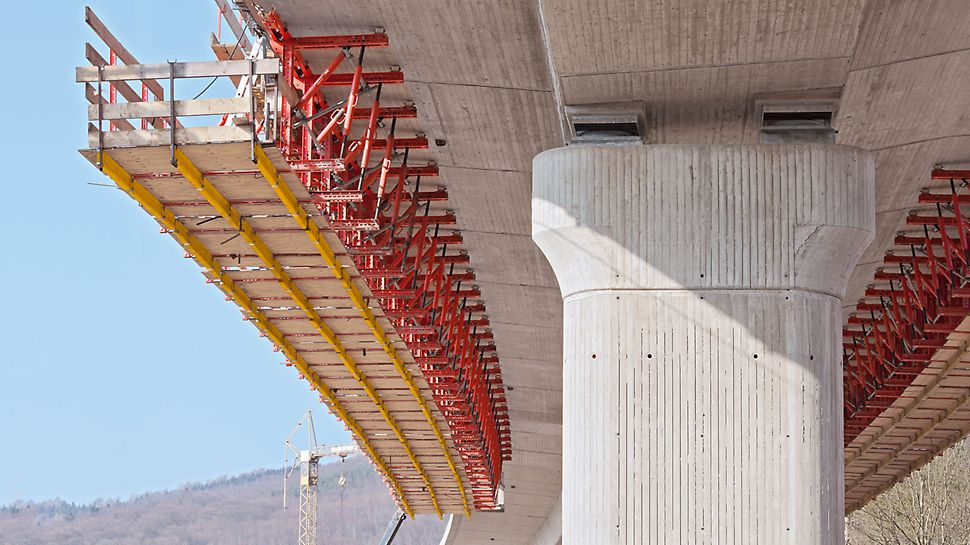 VARIOKIT Parapet Track: The parapet track is suspended from the underside of the bridge by means of rails and roller units. As a result, the parapet which is to be formed is always accessible.