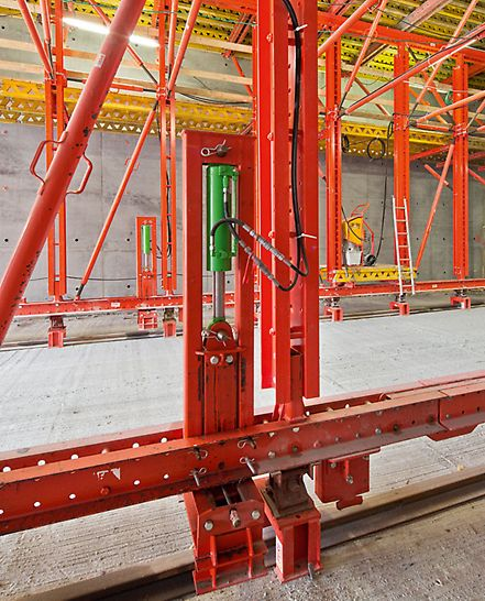 Tunel Nordhavnsvej - kolica za montažu podižu se i upuštaju zahvaljujući hidraulici – i na taj se način vrlo praktično i brzo montiraju i demontiraju. Nakon kratke edukacije gradilišno osoblje u samo jednom danu može pripremiti kolica za postupak betoniranja.