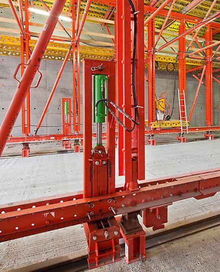 Tunnel für den Nordhavnsvej - Der Schalwagen lässt sich mittels Hydraulik Anheben und Absenken – und auf dieser Weise sehr komfortabel und schnell ein- und ausschalen. Nach kurzer Einarbeitung kann das Baustellenteam den Schalwagen in nur einem Tag zum Betonieren einrichten.