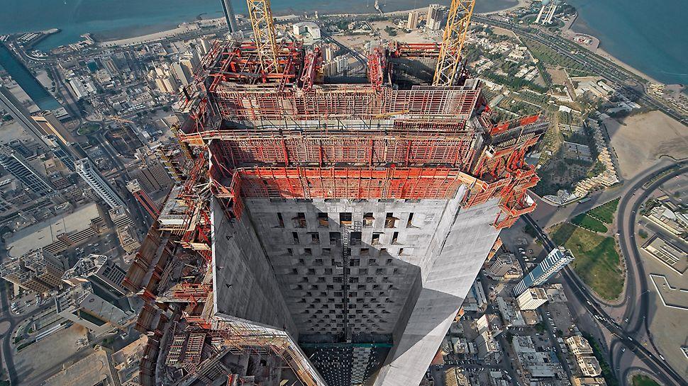 Al Hamra Tower, Kuwait City, Kuwait: Přesně na míru uzpůsobená kombinace různých šplhavých bednicích systémů PERI umožňila vytvořit proměnlivá podlaží v pravidelných 8denním taktech.