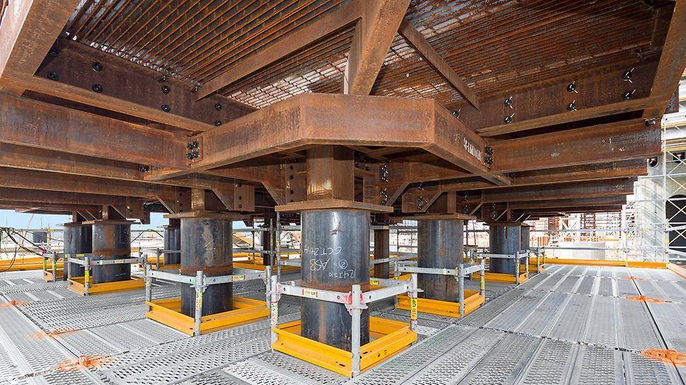 Northwest Redwater Project (NWR), Edmonton: Bezpečné pracovní plošiny: důsledné používání systémových dílů neurychluje pouze montáž lešení. Při pokrytí celé plochy systémovými podlahami nemusí být použity doplňkově fošny. Nevznikají žádná místa s možností zakopnutí při dalším užívání.