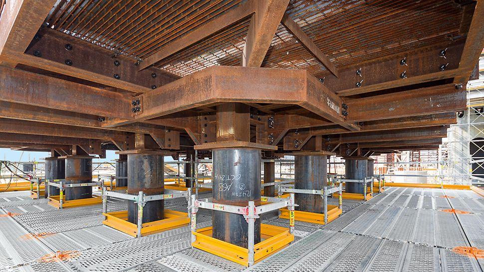 Bezbedne radne platform, bez bojazni od saplitanja: delovi PERI UP Flex se sistematski, dakle bez montaže dodatnih veznih elemenata, premeštaju u koracima od 25-cm.