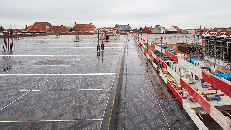 A peine 3.000 m² de SKYDECK ont été nécessaires pour couler pas moins de 13.000 m² de surface au sol, de la cave à la toiture.