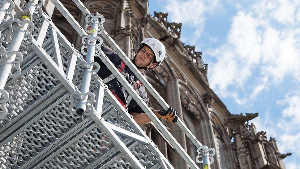 Schnell transportiert und montiert: Der handliche, modulare Gitterträger ULS Flex schafft Überbrückungen in großer Höhe – ohne sperrige Bauteile und ohne Rohrkupplungsverbindungen.