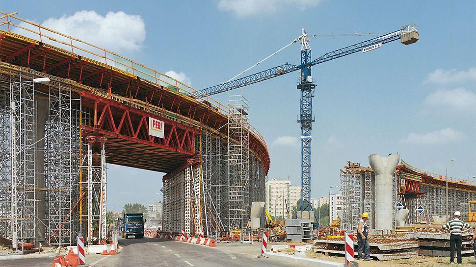 Verkehrsknoten Czerniakowska, Warschau, Polen - Tragwerkskonstruktion aus Serienteilen des HD 200 Schwerlastsystems. Damit ließen sich die Lasten aus der Überbauerstellung sicher abtragen und der Verkehrsfluss an dieser, mit 18.000 Fahrzeugen täglich stark frequentierten Stelle, war ungestört möglich.