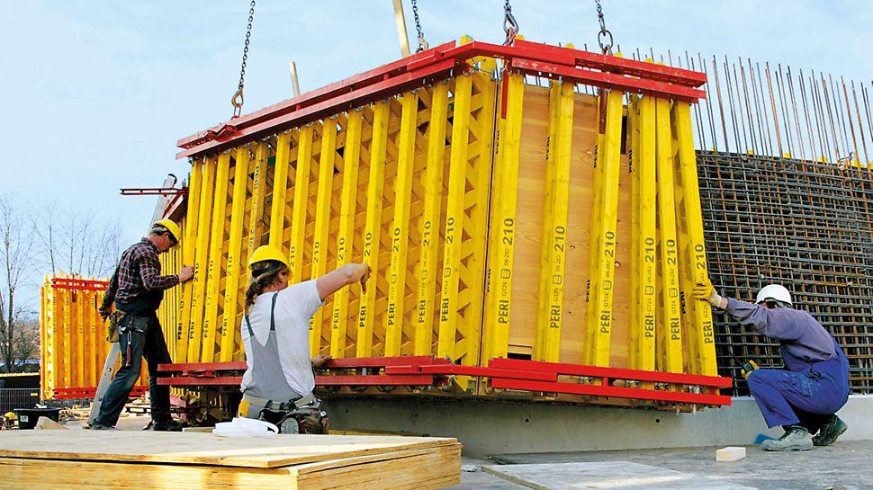 På byggarbetsplatsen, kan de prefabricerade  formenheterna monteras på ett liknande sätt som för systemformen.