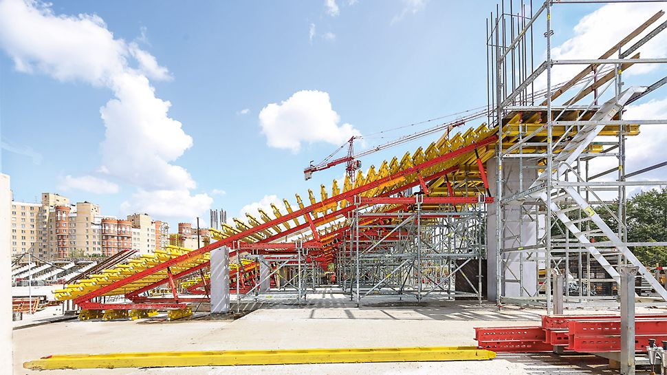 The two modular construction systems, VARIOKIT and PERI UP, formed shape-generating shoring for realizing the inclined grandstand stringers.