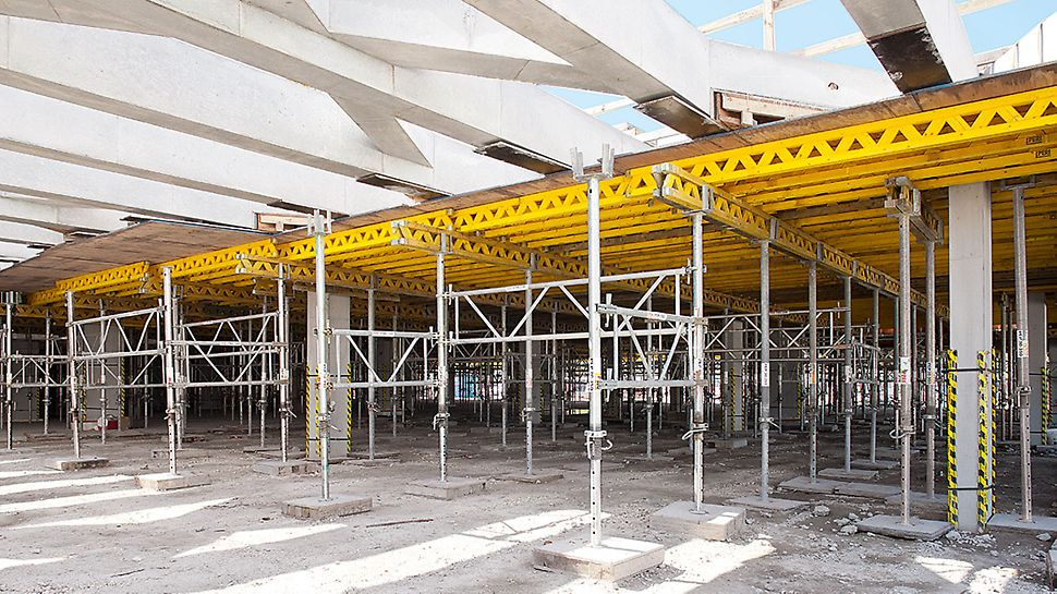 MULTIFLEX served for the construction of the cast-in-place beams with the PEP Props connected by means of PRK Frames to form shoring towers.
