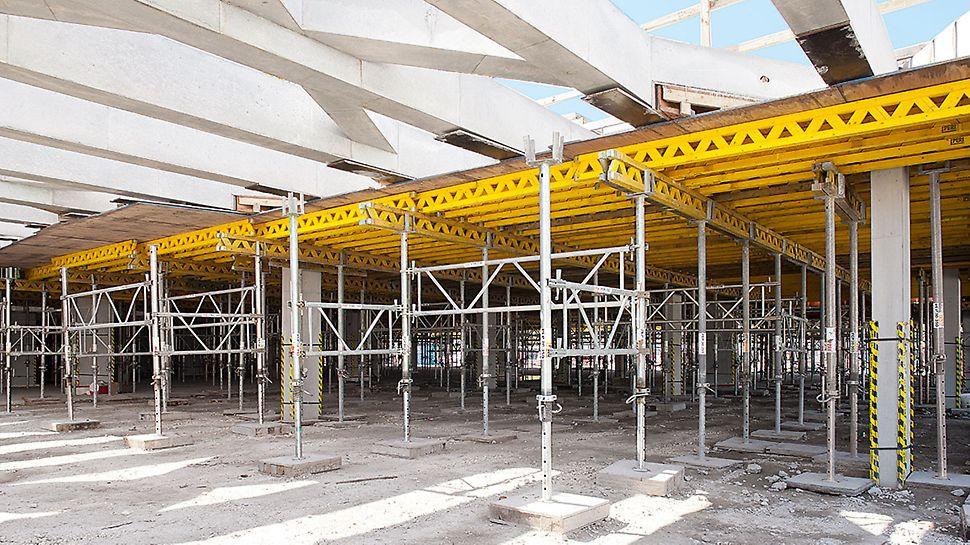 MULTIFLEX diente zur Herstellung der Ortbeton-Unterzüge, die PEP Stützen waren durch PRK Rahmen zu Lasttürmen verbunden.