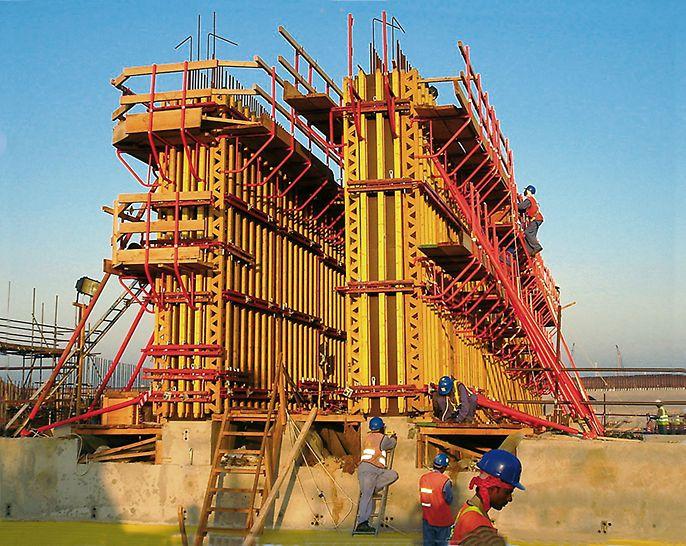 Tunnel Jumeirah Palm Island, Dubai, Vereinigte Arabische Emirate - Die Systemteile der VARIO GT 24 Träger-Wandschalung bildeten für alle Bereiche die Basis, denn die tragfähigen GT 24 Holzschalungsträger ließen sich variabel einsetzen.