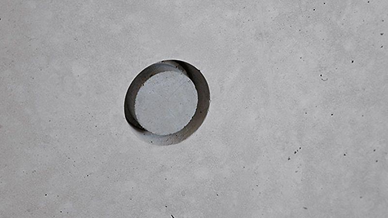 Tömítőkónusz attraktívan megtervezett látszóbeton felülethez használva - árnyékfugával és a felületbe süllyesztett beépítéssel.