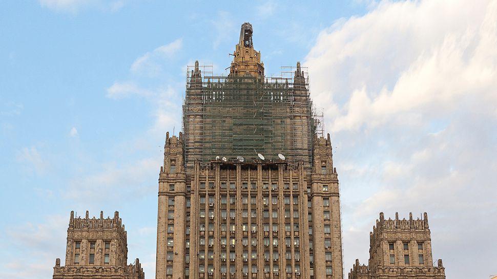 Реставрационные работы на всех фасадах здания, включая демонтаж шпиля, ведутся на системе строительных лесов PERI UP Flex.