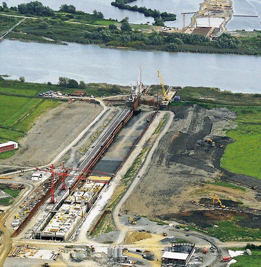 Tunnel Limerick, Irland - Die Luftaufnahme zeigt das Trockendock im Norden des Shannon zur Vorfertigung der fünf 100-Meter-Tunnelelemente. (Foto: DirectRoute Ltd.)