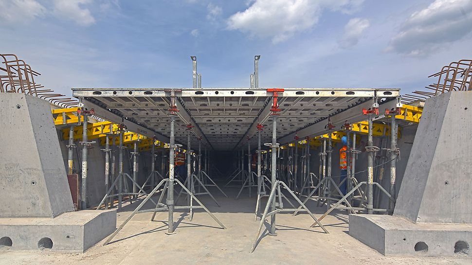 Zdjęcie: Wygodne formowanie płyty pomostowej przekroju skrzynkowego systemem PERI SKYDECK - Estakady dojazdowe mostu MD7