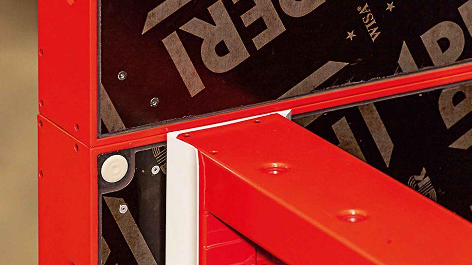 A 15 mm élhosszúságú műanyag sarokcsík könnyen, kiegészítő rögzítőeszköz nélkül csatlakoztatható a pillérelemhez.