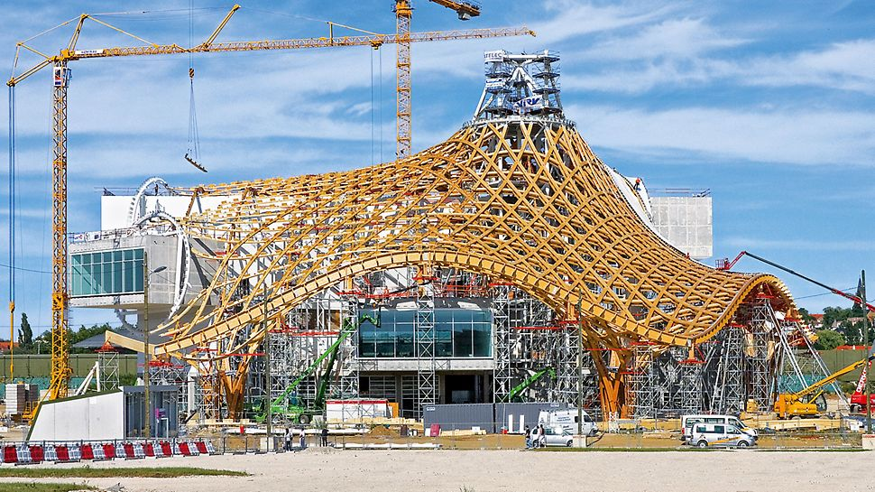 Centre Pompidou, Metz, Frankreich - Die zeltartige Dachkonstruktion gipfelt in 77 m Höhe. Bis zu 32 m hoch sind die PERI UP Stütztürme, die Anpassung an die komplexe Dachgeometrie erfolgt über Systembauteile aus dem VARIOKIT Ingenieurbaukasten.