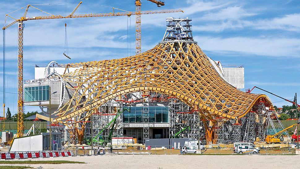 Centrum Pompidou: Konstrukce střechy ve tvaru stanu se vypíná do výšky 77 m. Podpěrné věže ze systému PERI UP byly místy až 32 m vysoké, přizpůsobení celkovému tvaru střechy bylo prováděno s pomocí systémových konstrukčních dílů ze stavebnice pro inženýrské stavby VARIOKIT.