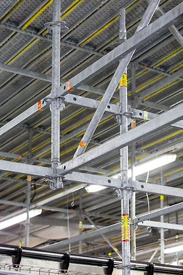 The PERI UP Flex modular scaffolding with its continuous metric system grid of all components is optimally adaptable to suit virtually any local conditions – without time-consuming screw connections.