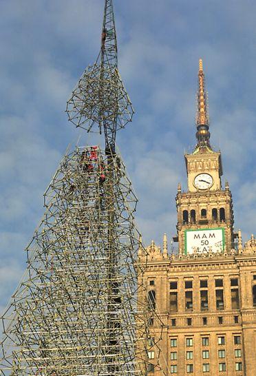 Árvores de Natal, Lisboa e Varsóvia - O topo da Árvore de Natal PERI UP em Varsóvia a ser cuidadosamente posicionado.