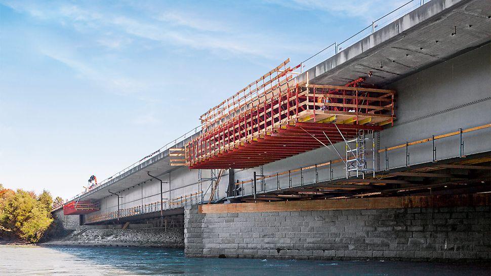 Die Sanierung der 185 m langen Inntalbrücke erfolgt mittels zwei sich ergänzender PERI Baukastensysteme – weitestgehend ohne Einschränkungen des Straßenverkehrs.