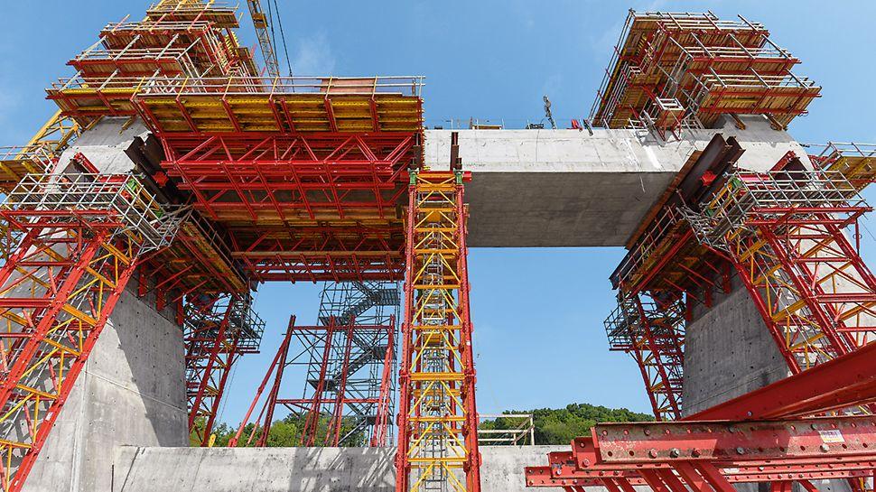 """Progetti PERI - Ponte sull'Ohio """"East End Crossing"""", Louisville, USA - Torri di sostegno a portata elevata e travi reticolari del sistema modulare VARIOKIT costituivano la struttura portante per armare la traversa a livello della carreggiata"""
